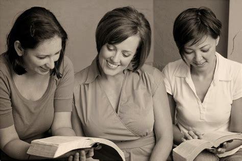 imagenes de mujeres reunidas orando la sala de ensayo las mujeres y la biblia 3 3