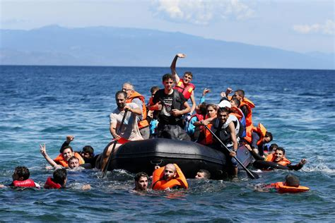 syrian refugee crisis boat making the risky crossing synoranews