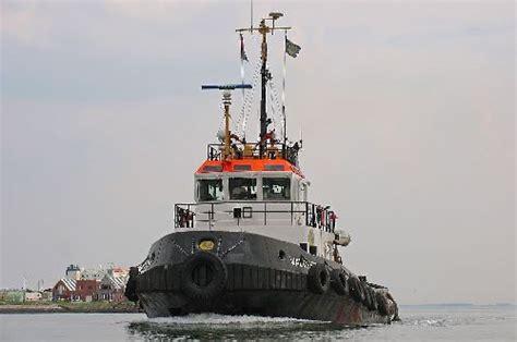 sleepboot walcheren primus tijdens vertek met heerrema ponton