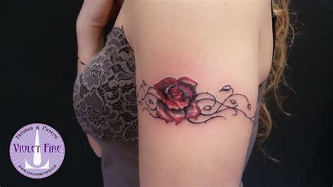avambraccio fiori tatuaggio rosa rossa con rovi violet