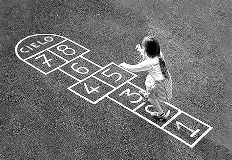 imagenes de niños jugando rayuela juegos tradicionales y su importancia en el aprendizaje de
