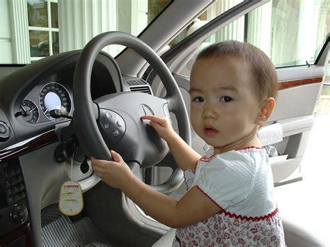 babyschaukel ab wann ab wann d 252 rfen kinder im auto vorne sitzen babyschale