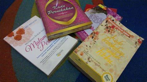 tutorial bungkus kado isi buku semua orang bisa kasih uang tapi 7 kado pernikahan ini
