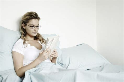 reading before bed how to get ready for bed the things you should and shouldn t do before you go to