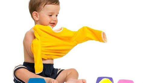 Pakai Baju Nak Dalam cara mengajarkan anak pakai baju sendiri sejak usia dini tips anak cerdas sehat