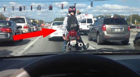 Motorrad Fahren Bei 10 Grad by Ein Motorradfahrer Unterh 228 Lt Die Autofahrer Mit Einer