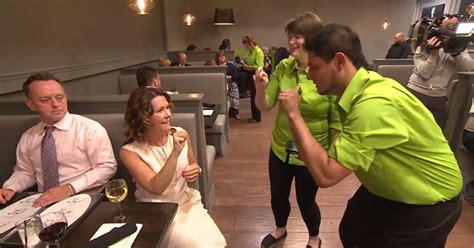 restaurant staffed  deaf waiters  waitresses twistedsifter