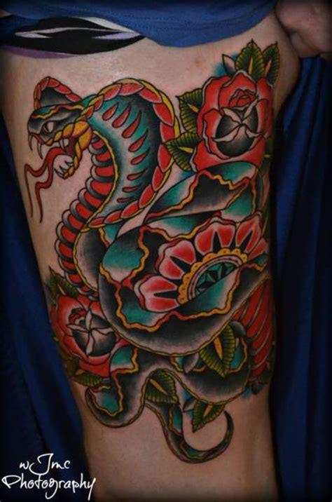 tatuaje serpiente old muslo por carnivale tattoo