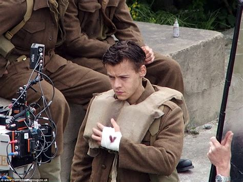 dunkirk in film harry styles shows off his new 1940s style military cut on