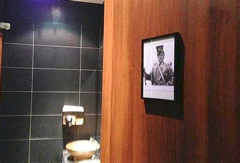 toto bagni la foto di tot 242 e della loren per indicare i bagni