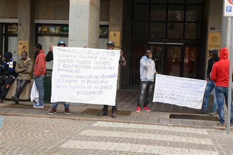 questura di asti permesso di soggiorno protesta dei migranti davanti alla prefettura di asti