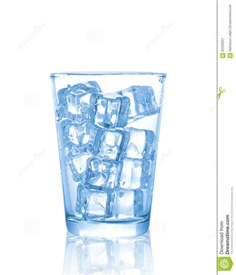 bicchieri di ghiaccio bicchiere d acqua con i cubetti di ghiaccio isolati