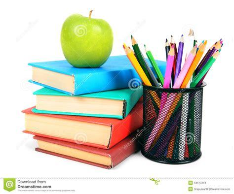 Livres, Une Pomme Et Crayons Sur Le Fond Blanc Photo stock
