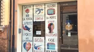 Libreria Ravenna - quot aprite i porti quot otto manifesti nella vetrina della