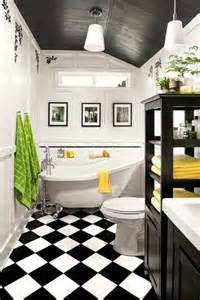 agréable Quel Blanc Pour Les Murs #2: jolie-salle-de-bain-avec-carrelage-noir-et-blanc-plafond-sous-pente-en-planchers-bois.jpg