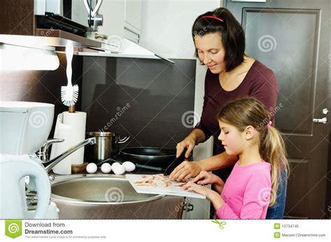 mama caliente mama ensea a su hija de 12 aos como la madre ense 241 a a su hija foto de archivo libre de