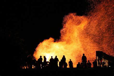 wann ist osterfeuer alpen osterfeuer die sch 246 nsten schaupl 228 tze bergwelten