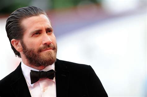 jake gyllenhaal is growing out his beard and looks hotter