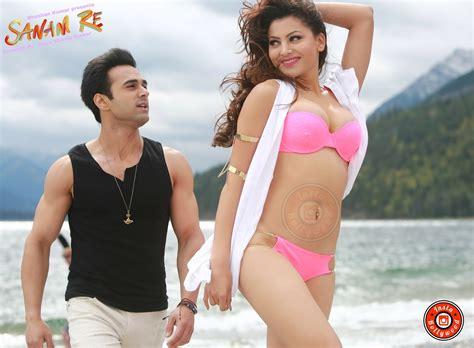 full hd video of sanam re urvashi rautela sizzles in pink bikini sanam re hd