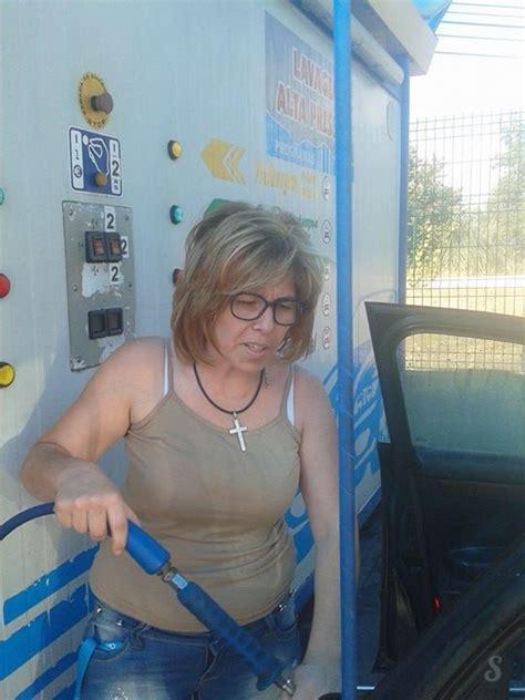 quand une femme lave l int 233 rieur de sa voiture