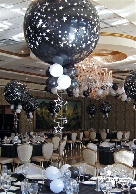 Decoracion de fiesta blanco y negro con centros de mesa con globos gigantes decoracionfiestas
