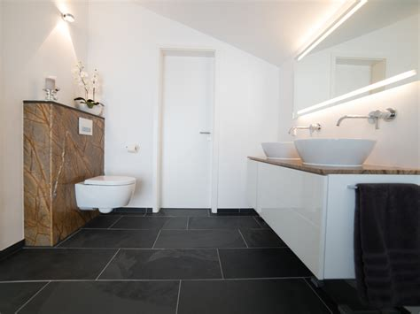 Steinfliesen Schwarz by Schiefer Mustang Fliesen In Modernem Badezimmer