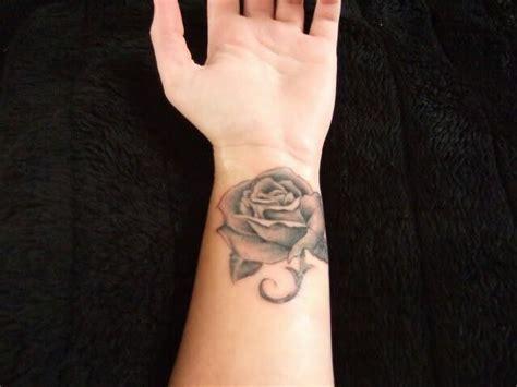infinity tattoo zijkant pols 25 beste idee 235 n over roos pols tatoeages op pinterest