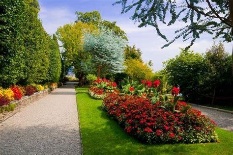 piccoli giardini fioriti giardini fioriti immagini progettazione giardini