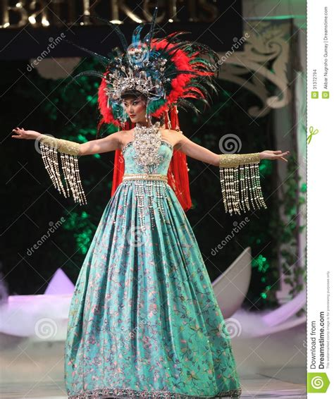 A To Z Batik For Fashion asian model wearing batik at fashion show runway