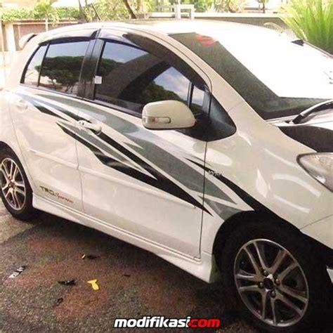 Kaca Spion Mobil Nissan March baru pasang sticker variasi mobil wrapping striping bandung