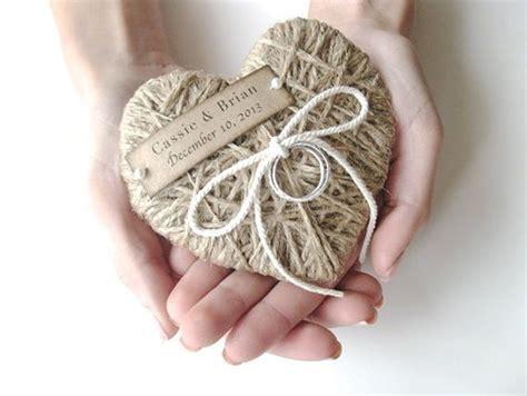 Tali Rami Kecil tempat cincin pernikahan yang unik info pernikahan