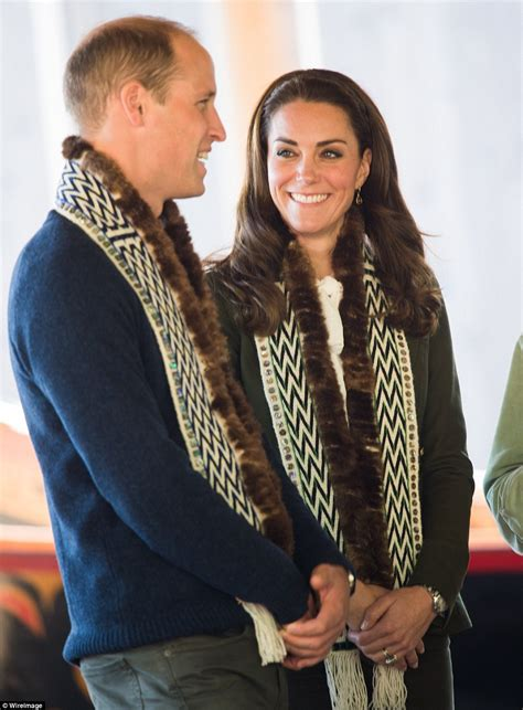 Haisa Blouse prince william and kate middleton arrive on remote island