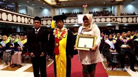 anaknya  meninggal kecelakaan diwisuda rektor tangis