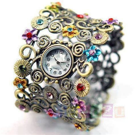 Pakistan Fashion: Girls Hand Watch.