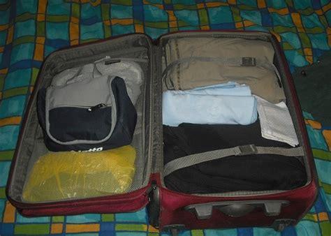 una valigia sul letto la valigia sul letto biondillo cartoline dall africa
