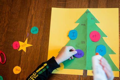 christmas tree decorated whith words decorate the tree with sight words on as we grow 174