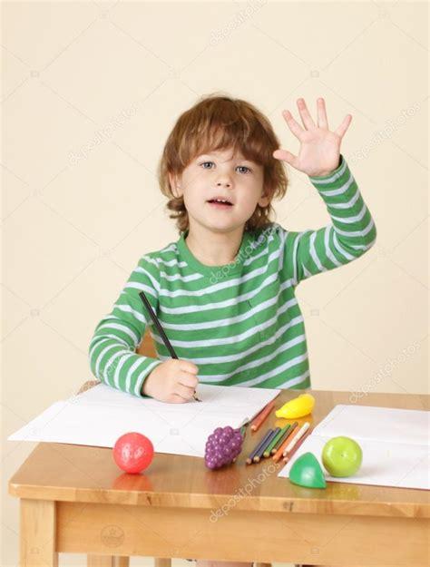 imagenes graciosas levantando la mano ni 241 o levantando la mano en la escuela foto de stock