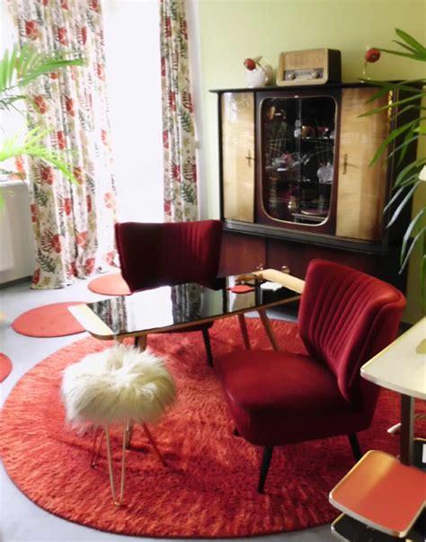 wohnzimmer 70er roter runder teppich der 70er jahre