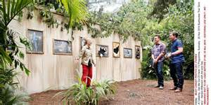 kendra wilkinson im a celeb kendra visits grim gallery in new i m a celebrity