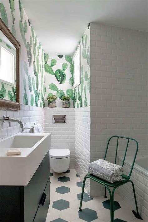 foto bano  papel pintado  azulejo tipo metro blanco