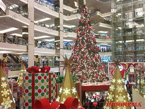 Boneka Tema Natal Santa Claus mal taman anggrek hadirkan hujan salju dan suasana natal