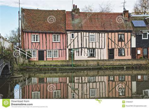 cottage inglese cottage inglesi della riva fiume immagine stock
