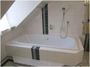 badewannen duschvorhang badewanne unter dachschr 228 ge duschvorhang hauptdesign