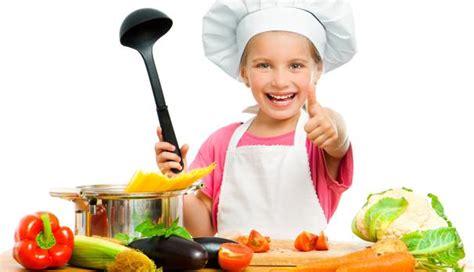 imagenes niños cocinando los ni 241 os que ayudan en la cocina comen m 225 s verduras