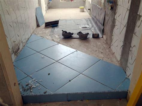 pavimenti per doccia foto posa pavimento e guaina per doccia a pavimento di