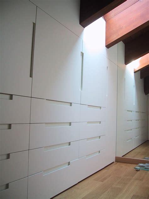 armadi per armadio in legno laccato bianco per mansarda idfdesign