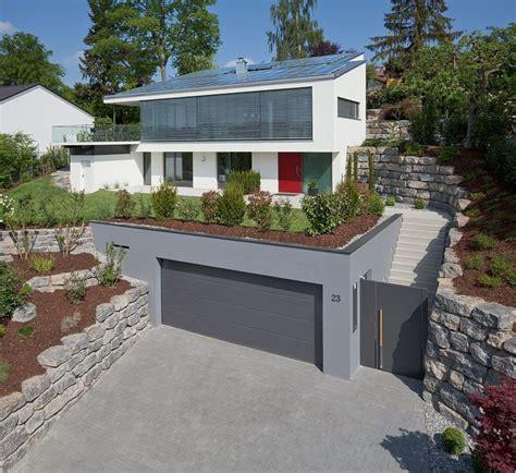 haus am hang modern haus fassade d 252 sseldorf von netto plus energiehaus f 2011 stuttgart gartenmauer