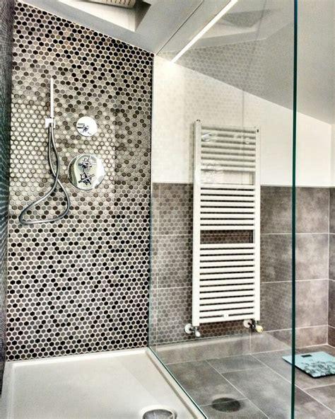 doccia a pavimento mosaico oltre 1000 idee su bagno con mosaico su