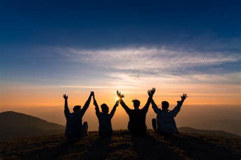 silhouette  amici  stringono la mano  seduti insieme
