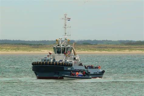 sleepboot waddenzee waddenzee aan het oefenen tugspotters